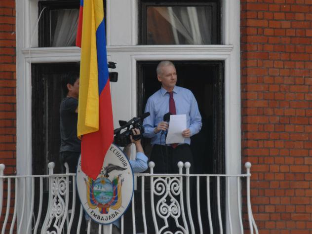Ассанжа выселяют из британского посольства Эквадора