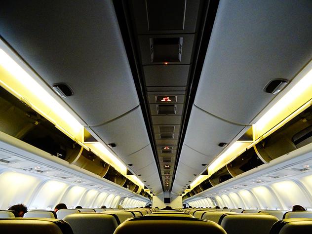 Британские полицейские обыскали пассажирский самолет России