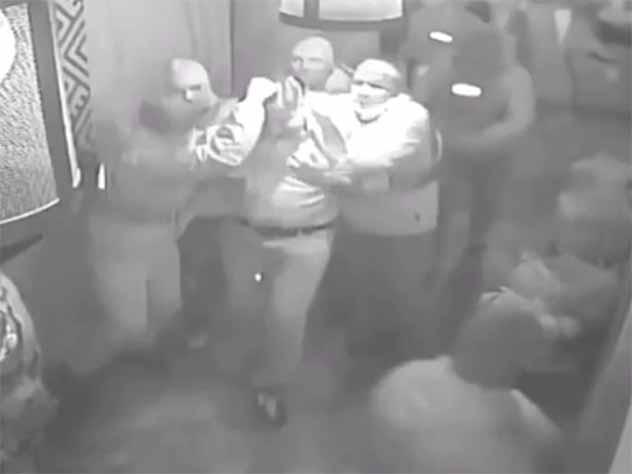 На опубликованном видео задержания Саакашвили тащат за волосы