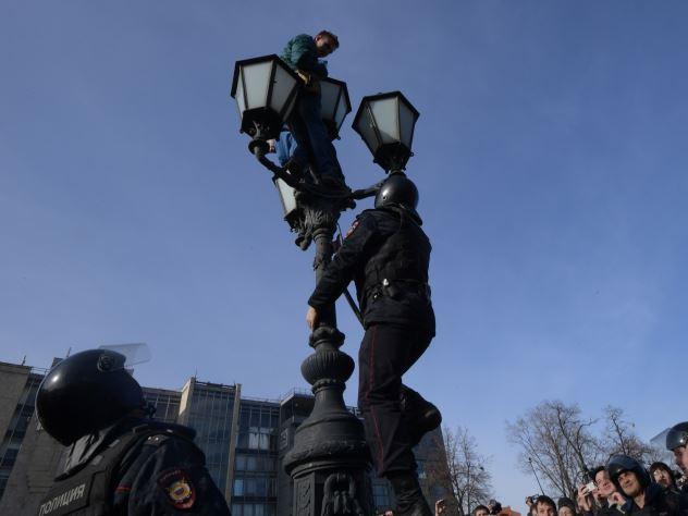 Школьники устроили качели из работающего фонарного столба