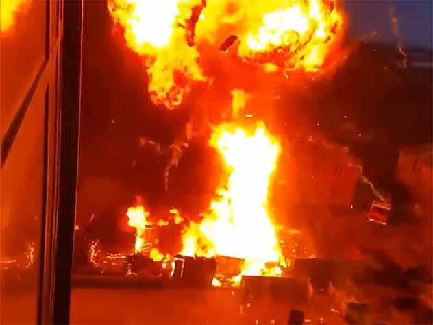 Взрыв при пожаре в Новосибирске едва не убил очевидцев