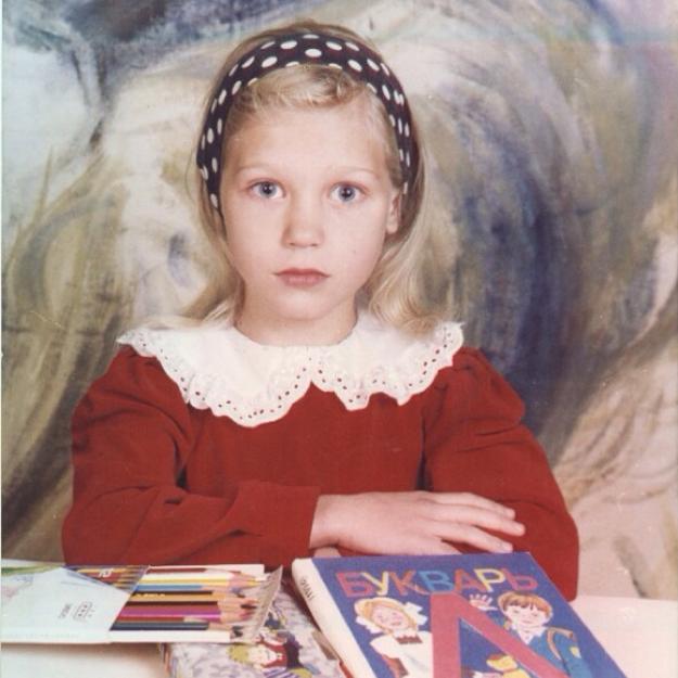 Кристина Мясникова (настоящая фамилия Асмус) родилась в подмосковном Королёве. Девочка росла в небогатой семье, занималась спортивной гимнастикой, став кандидатом в мастера спорта. Спортсменкой хотели её видеть родители, сама девочка мечтала о карьере актрисы. Уже в школьные годы Кристина ходила в театральную студию и играла в спектаклях. Окончив школу, будущая актриса поступила в Школу-студию МХАТ на курсы Константина Райкина, однако вскоре была отчислена. (Фото: Instagram)