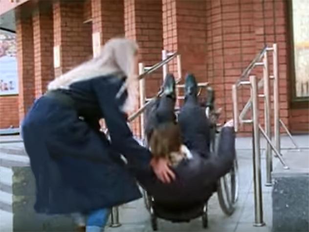 испытывая доступную среду бурятии министр упала инвалидном кресле