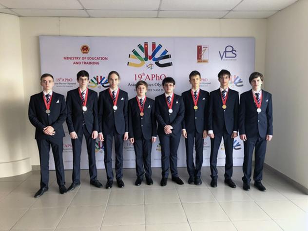 Российские школьники привезли с международной олимпиады по физике 6 золотых медалей