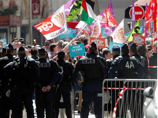 париже 160 французов вышли митинг против макрона