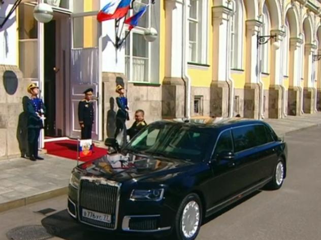 """В РПЦ не исключили, что патриарх будет ездить на российском лимузине """"Кортеж"""", но для этого машина должна подешеветь. Сейчас ее стоимость оценивается приблизительно в 10 млн рублей."""