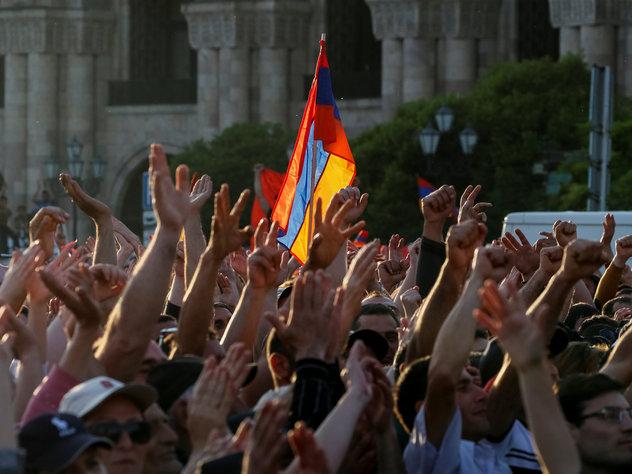 Манифестанты ворвались в здание администрации Еревана