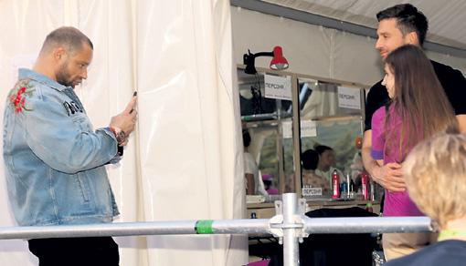 Верный директор Лазарева Михаил Дворецкий фотографировал его с племянницей Алиной, которая пошла по стопам дяди и выступает в детском ансамбле «Непоседы»
