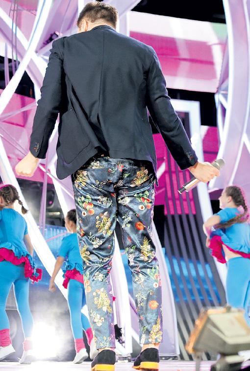 На сцене Сергей Лазарев со всех сторон демонстрировал яркие штаны