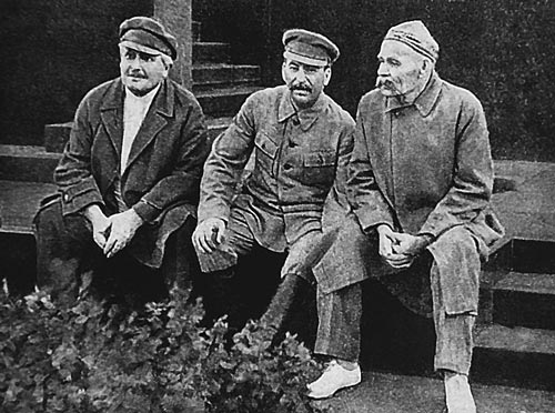 Авель Енукидзе, Иосиф Сталин и Максим Горький. Источник: wikimedia.org