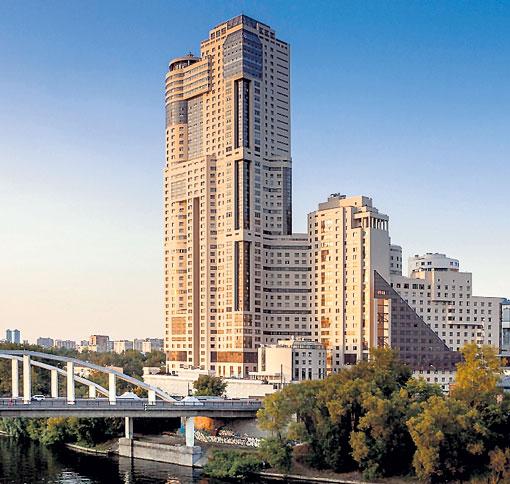 Шесть лет назад голкипер купил просторную квартиру с окнами на Москву-реку в этом доме бизнес-класса