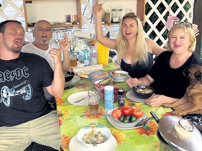 Анна Семенович шедро кормит родню и друзей овощами из личной теплицы