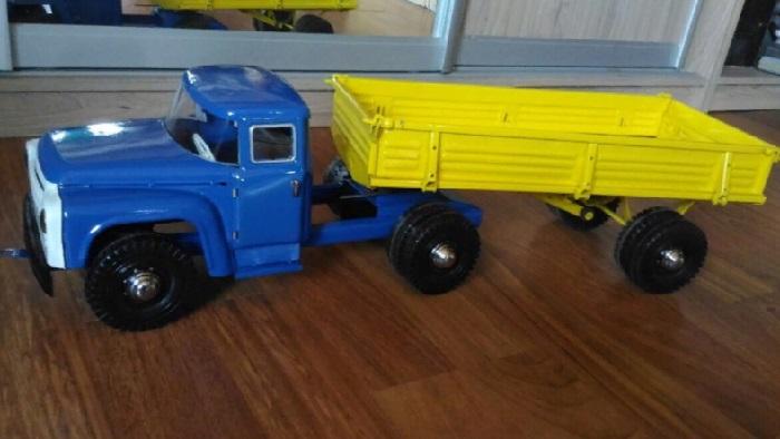 Детскую игрушку, копию ЗИЛ 130, можно купить за 15 000 рублей. А все потому, что произведена еще в СССР