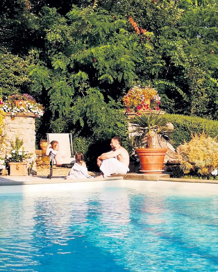 В июле они вчетвером отдыхали в Тоскане. Катя «работала папарацци», пока Дима развлекал детей сказками про волшебников и принцесс