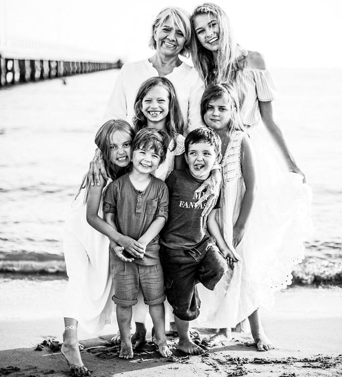 У мамы Галушки (бывшей тещи Цекало) пять дочерей. А здесь Тамара Васильевна с внуками. В верхнем ряду она с дочкой Веры Брежневой Соней, в среднем - дочь Веры Сара и дочь Вики Саша, в центре нижнего ряда - сын Виктории Миша