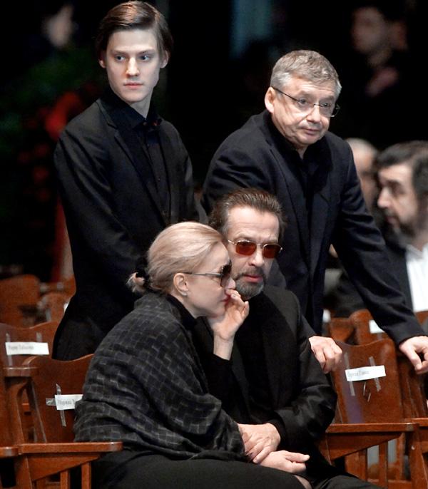 На церемонии прощания с Олегом Табаковым Владимир Львович трогательно поддерживал вдову учителя Марину Зудину и его сыновей Павла и Антона