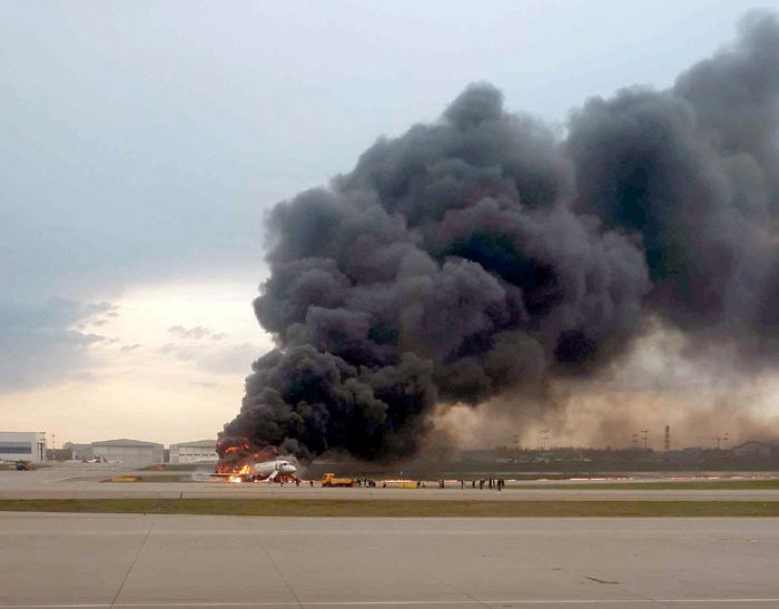 Отсутствие рядом с горящим самолетом пожарных машин возмутило многих