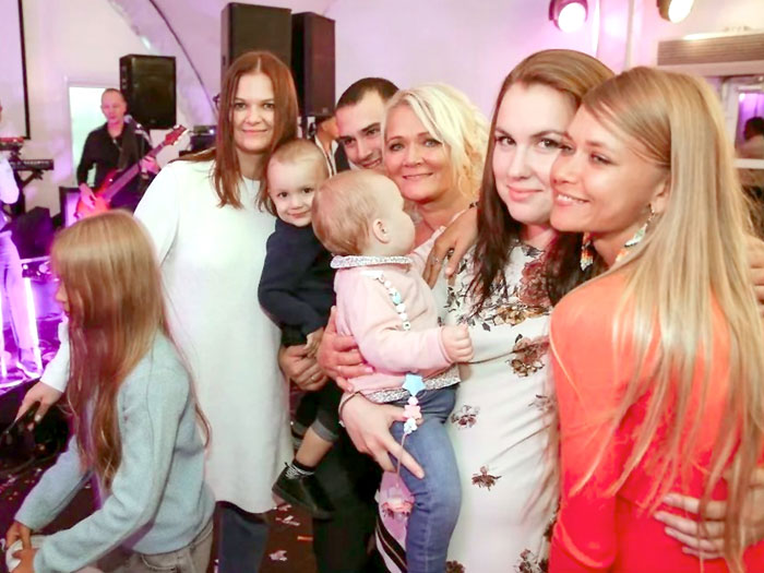 Невеста с наследницами Дарьей и Варварой (по краям), дочкой Норкина - Александрой (вторая справа) и внуками